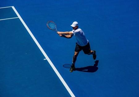 Jak odpowiednio skompletować męski strój do tenisa?